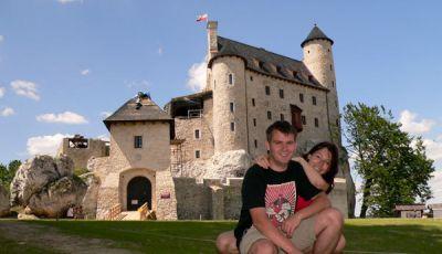 Na tle zamku w Bobolicach  fot. Dorota