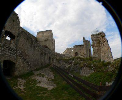 Z lewej strony pałac zachodni, a raczej to co z niego zostało Fot. Lowell