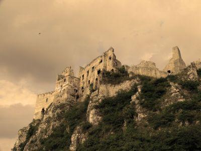 Imponujący widok na zamek na skale. Fot. Lowell