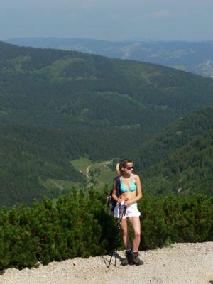 Agnieszka na przełęczy, w tle Dolina Jaworzynki