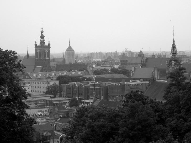 Widok na Gdańsk z Góry Gradowej: m.in. Kościół Św. Katarzyny,Kościół św. Jana , na pierwszym planie wyróżniający się Dworzec PKP