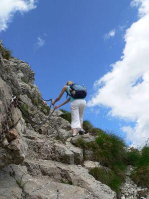 Agnieszka wspina się po zrębach skalnych fot. Lowell