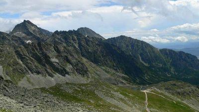 Od lewej: Najwyższa - Wysoka, za nią opadająca grań Gerlacha przechodząca w Kończystą. Na wcześniejszy planie Kopy Popradzkie, dalej Tępa i Osterwa