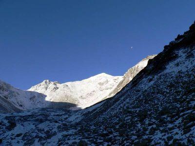 Smutna Przęłęcz i jedna z Trzech Kop, w dole Smutna Dolina