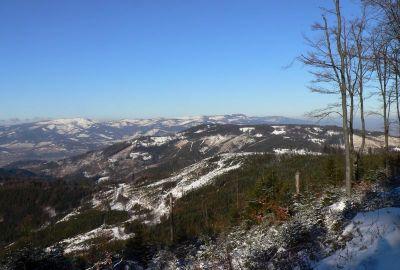 W oddali Barania Góra, Skrzyczne i Klimczok