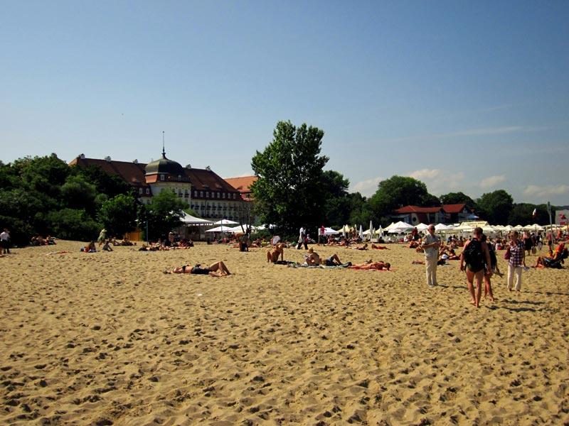 Plaża w Sopocie i jeden z nadmorskich hoteli