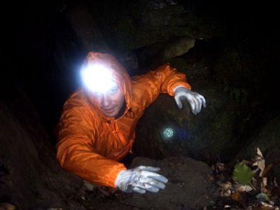 Henie wchodzi do jaskini